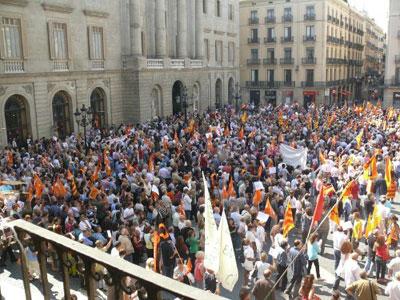 Manifestantes en la Plaza de Sant Jaume, frente a la Generalitat.